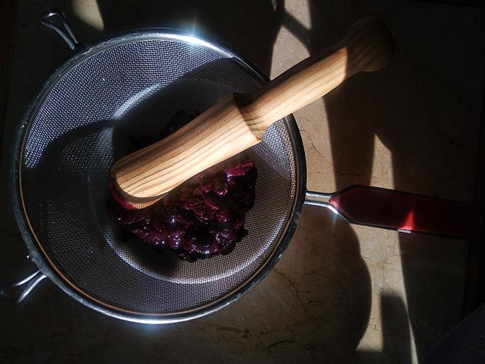 Colando la salsa de arándanos