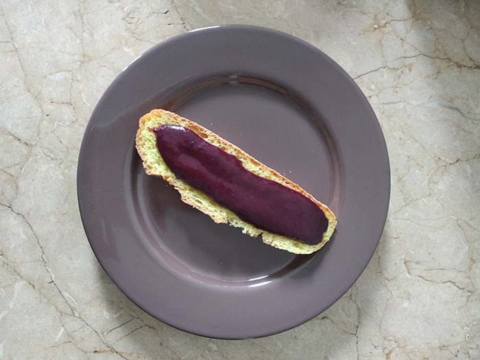 Rebanada de pan de maiz con salsa de arandanos